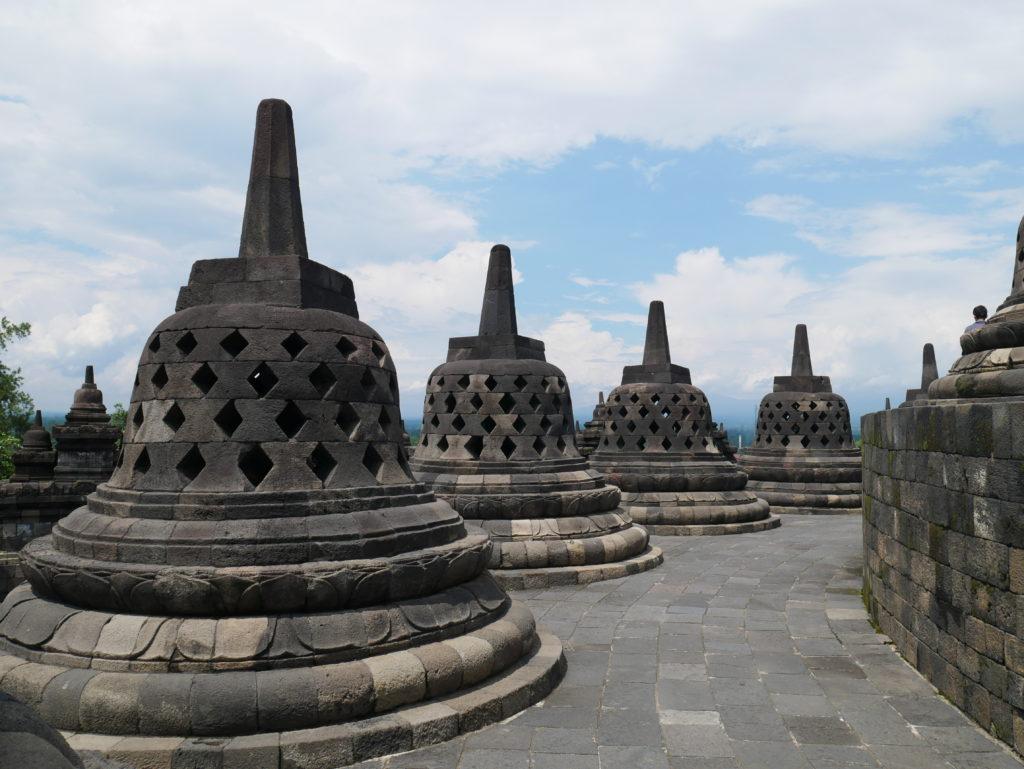 Borobudur stupa java hors des sentiers battus lost in indonesia